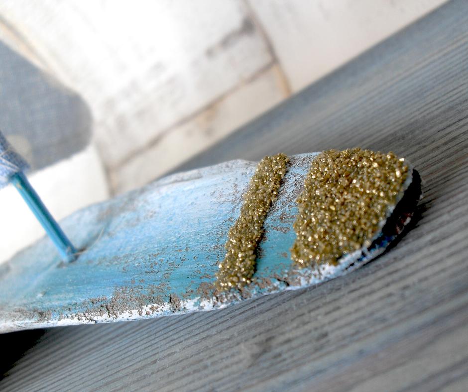 świecznik z patyczkami z plaży dekoracja DIY pamiątki z wakacji
